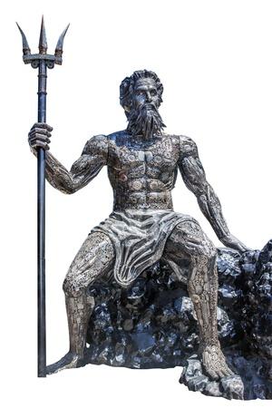 Skulptur Poseidon Gott machte aus Schrott auf weißem Hintergrund mit der Arbeit Pfad