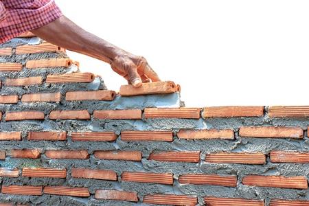 bricklayer: alba�il pared del edificio aislado en blanco Foto de archivo