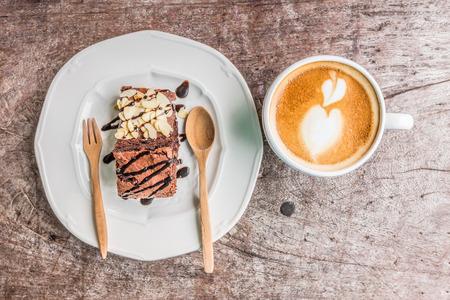 coffee with brownie cake on wood background Standard-Bild