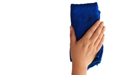 Frau Hand Reinigen mit mit Beschneidungspfad Mikrofasertuch auf weißem Hintergrund isolieren