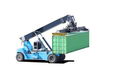 Kran hebt Containerstapler auf weißem Hintergrund mit Clipping-Pfad isoliert