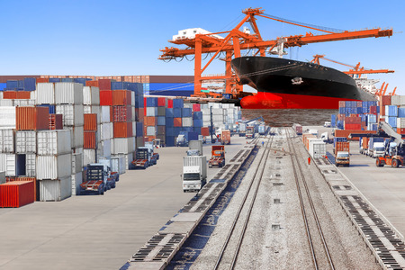 Kommerzielle Lieferung Fracht-Container und selektiven Fokus auf Containerschiff im Hafen entladen