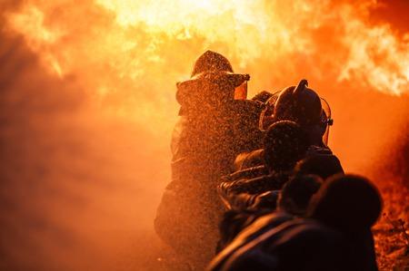 llamas de fuego: Formaci�n Bomberos Foto de archivo