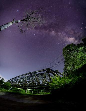 철도 다리가있는 은하수 길