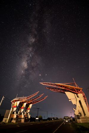 은하수와 별 밤 하늘. 밤도 자동차로 조명. 가벼운 산책로 스톡 콘텐츠