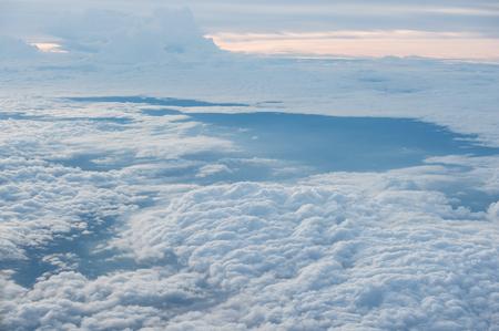 구름과 항공기의 창을 통해 본 하늘