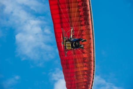 하늘의 들판을 비행하는 파라 모터. 스톡 콘텐츠