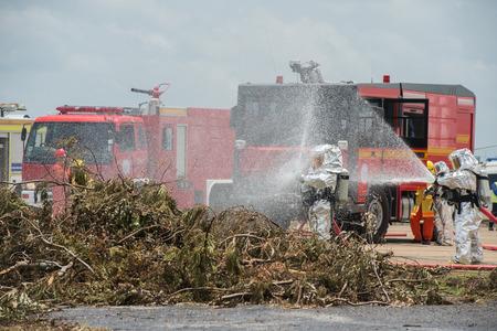 消防・緊急対応チームは、彼らがこの災害調査危険物からそれらを保護するために PPE と適しています。 写真素材 - 67593887