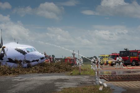 소방서 및 응급 대응 팀은이 재난을 조사하면서 위험물로부터 보호하기 위해 PPE에 적합했습니다.