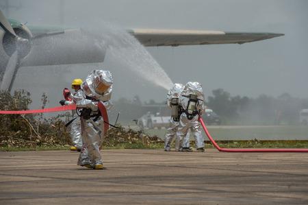 消防・緊急対応チームは、彼らがこの災害調査危険物からそれらを保護するために PPE と適しています。 写真素材 - 66711565