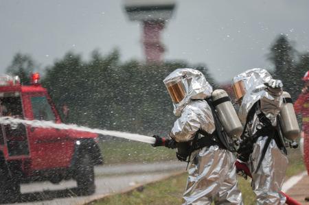 消防・緊急対応チームは、彼らがこの災害調査危険物からそれらを保護するために PPE と適しています。 写真素材 - 67970504