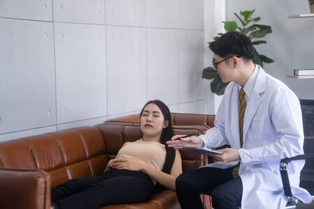 The psychiatrist is advising stressful asian female patients. Stockfoto