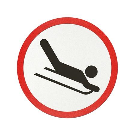 sledging: Neve Slitta segno carta riciclata traffico su sfondo bianco.