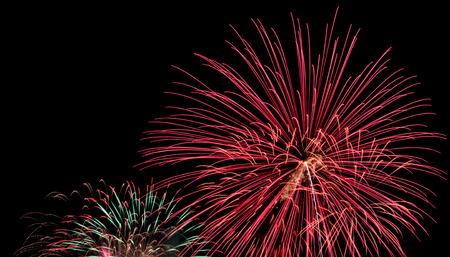 humo: La exposici�n de m�ltiples fuegos artificiales con el cielo negro. Foto de archivo