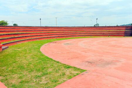 grandstand: Tribuna roja en la arena con el cielo azul