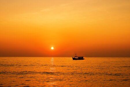 daily routine: El barco de pesca en el mar. Ganarse la vida como una rutina diaria.