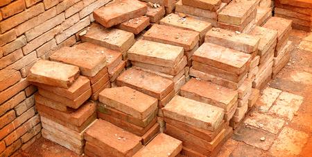 materiales de construccion: grupo de ladrillos rojos en el sitio de construcci�n Foto de archivo