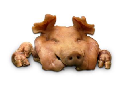 sacrifice: cabeza de cerdo hervida para el sacrificio y el voto en el fondo blanco