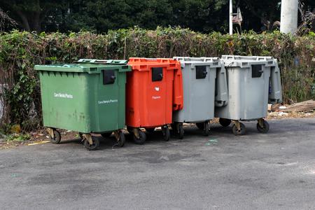 botes de basura: latas de basura de la ciudad (cubo de basura con ruedas) Foto de archivo