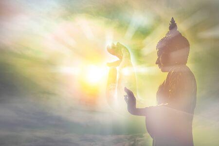 main de la statue de bouddha, lumière de la sagesse et du concept de concentration, la croyance et le culte dans la religion du bouddhisme