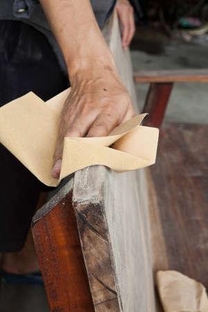 polished wood: Utilizzando carta vetrata, carpenteria legno lucido.