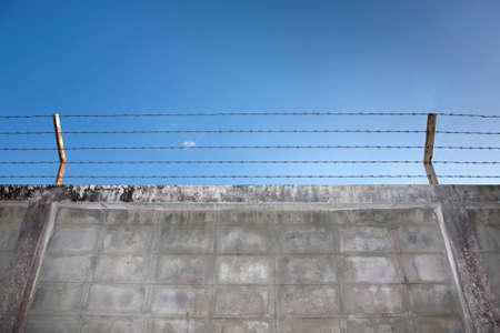 Fil de fer barbel� sur le mur. Banque d'images