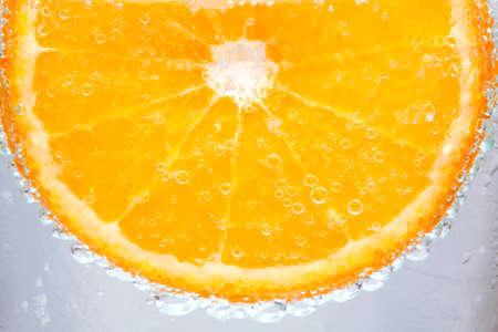 Couleur orange vif dans l'eau
