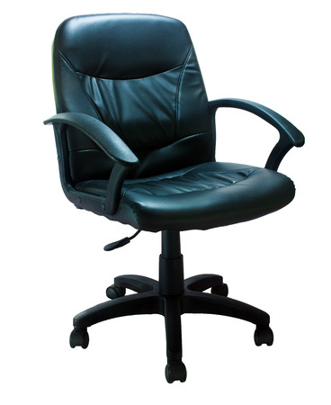 Noir chaise de bureau en cuir sur un fond blanc Banque d'images