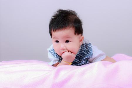 Un enfant sur un lit Banque d'images