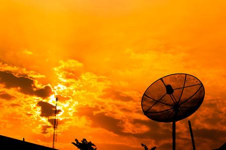 antena parabolica: Antena parabólica con cielo naranja