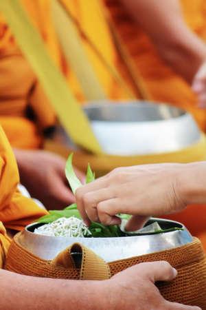limosna: Monjes que recogen limosnas por el pueblo
