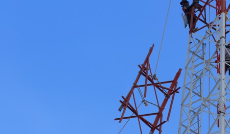 Technicians was dismantled tower the phone is due to complaints about the health of the people.