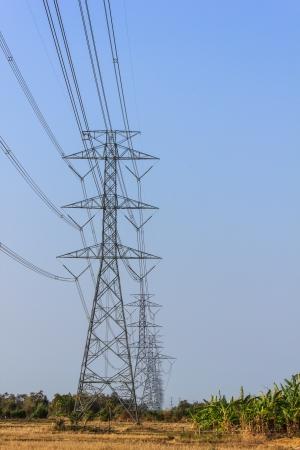 Alta potencia Volage torre de la línea con el cielo azul