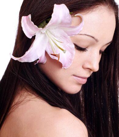 Portrait de femme de frais et de belles avec fleur isolée sur blanc