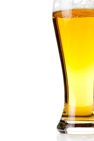 glass of beer: Bier in glas op wit wordt geïsoleerd