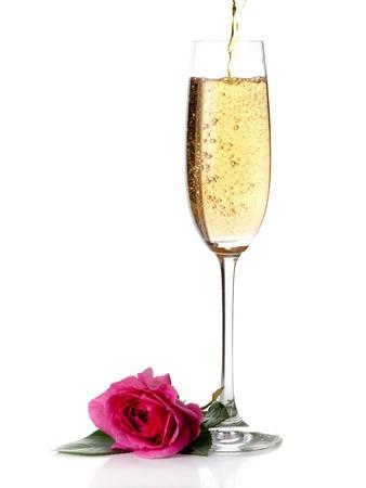 rosa y el vino de champán aislado en blanco Foto de archivo