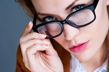 Gözlük ile güzel iş kadını. Yakın çekim portre
