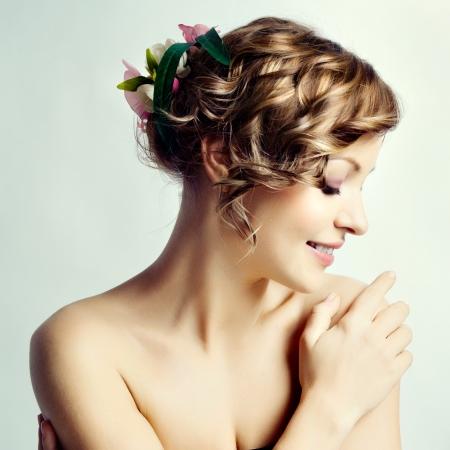 Belleza retrato de la mujer, peinado con flores