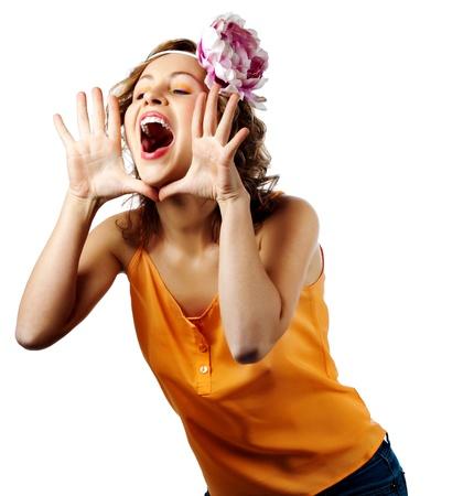 Młoda blondynka krzyk kobiety i krzyk używania rąk, jak rury, studio strzelać na białym tle Zdjęcie Seryjne