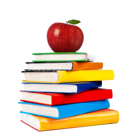 Libros torre con manzana aislado en blanco