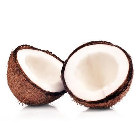 wo Hälften der Kokosnuss auf weiß mit Schatten isoliert
