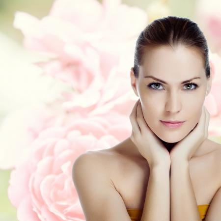 Retrato de mujer joven y hermosa con la piel sana