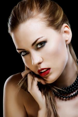 Glamour kırmızı dudaklar makyaj ile seksi Beyaz genç kadın modeli yakın çekim portre