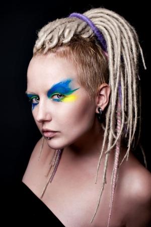 dreadlocks: Retrato de la muchacha hermosa joven con el peinado de fantasía azul y maquillaje creativo