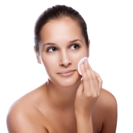 Piękna młoda kobieta dotyka jej twarzy świeże zdrowej skóry samodzielnie na biały