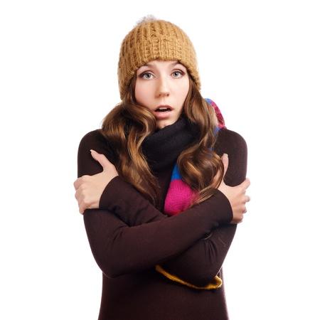 Zaskoczony piękna młoda kobieta ubrana w zimie ubrania, samodzielnie na białym tle