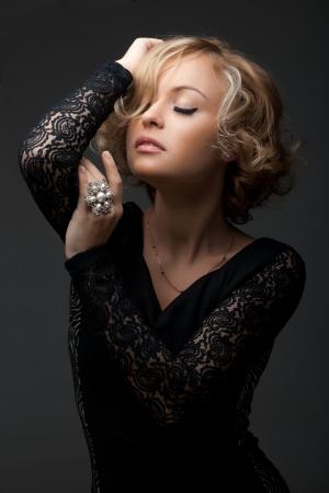 Bir inci halkası ile güzel moda kadın Stock Photo