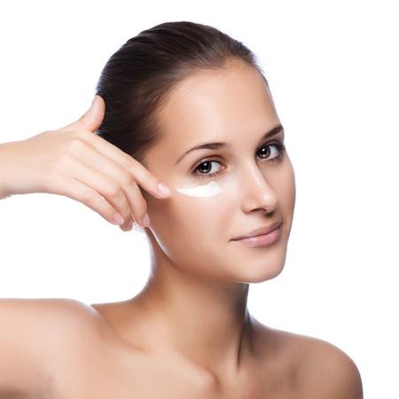 arrugas: Retrato de mujer hermosa aplicación de crema en la cara - aislados en blanco