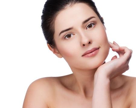 Beau visage de la jeune femme adulte avec la peau propre et fraîche - isolé sur blanc