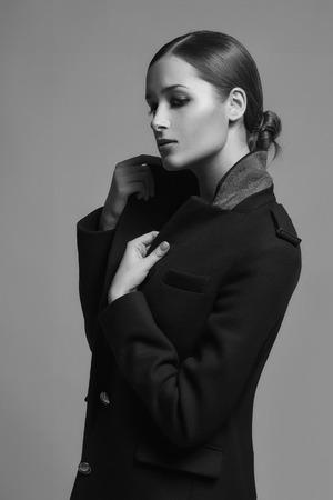 manteau de fourrure: Modèle haut de la mode dans les vêtements de manteau de fourrure d'hiver Banque d'images